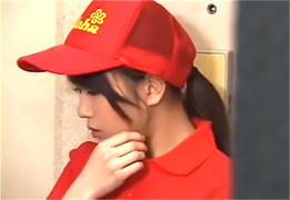 押しに弱いピザ配達のバイト美少女と玄関先でH!