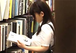 本屋で立ち読みしてる横乳が凄まじいJKをレイプ!の画像です