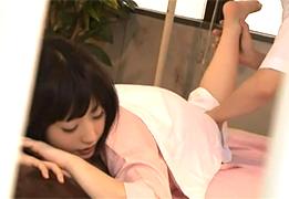 彼氏がマッサージを受ける真横で寝取られるパイパン女子大生