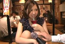 居酒屋で酔っぱらったOLさんにオモチャでイタズラの画像です