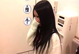 個人撮影 制服着た18歳のセフレを公衆トイレで生ハメ