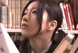 市の図書館でレイパーに狙われた杏似の美少女JK