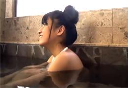 温泉宿で髪をまとめて入浴している嫁の連れ子のパイパンに中出し!