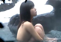 一人旅で温泉に来ていた美乳の女の子を集団レイプして中出し!の画像です