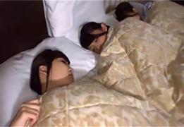 サークルの合宿で疲れて寝ている女子の部屋を夜這いして乱交!の画像です