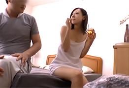 人妻のフェロモン全開で若い宅配業者を誘惑する専業主婦の画像です