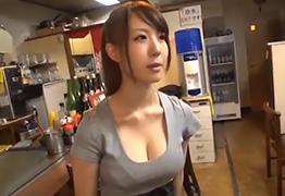 【素人】目黒のお好み焼き屋で見つけたTシャツが破けそうな爆乳店員