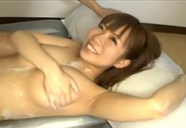 【素人】ローションまみれにしたロリ爆乳女子大生にヌルッと生挿入!