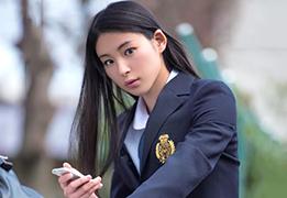 見つめられたら確実に恋に落ちそうな黒髪ロングの制服美少女