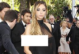 ポロリに気づかずカンヌ映画祭のレッドカーペットを歩く美人モデル…