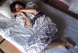 【素人】不倫旅行で朝から中出しされるスレンダーな三十路妻の画像です
