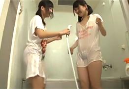 お風呂掃除でふざけてビショ濡れになった妹達…ガマンできない…
