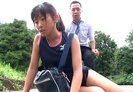 熱中症で倒れた陸上部の少女を解放するフリして犯しまくるエロリーマン