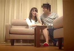 【盗撮】平日昼間の嫁が気になってリビングに隠しカメラを設置したら…
