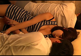 「さすがにダメです・・・」部長が寝ている横で奥さんにチンポ握られる俺