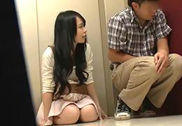 【盗撮】停止したエレベーターの中でバイトの後輩に手を出す美人女子大生の画像です