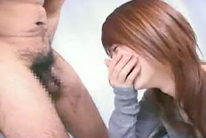 「近っ!」初めて間近で見たチンコを手コキの画像です