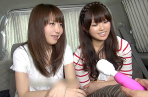 街頭で女の子2人組をナンパして友達の前で淫らな行為