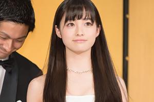 橋本環奈ドレス姿の画像です