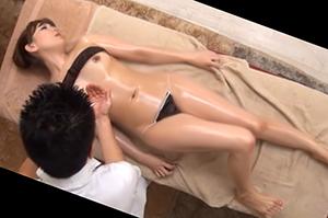 人妻の美しい裸体にマッサージ師の魔の手が忍び寄るオイルエステ