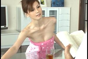 バスタオルから着替えようとしない上司の奥さん。どう考えても誘ってるよな…