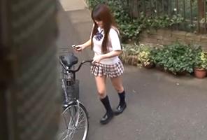 俺のアパートに自転車で遊びに来る近所のJKに夢中で腰振って中出しした夏休み 南菜々