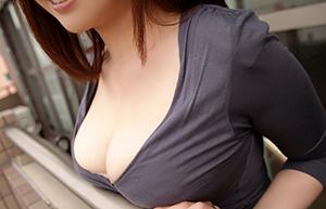 「乳休め」は欲求不満のサイン!?巨乳をアピールして男を誘惑する女たちの画像です