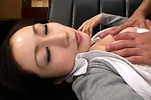 JULIA 泥酔した同僚を社長室で慎重に息を潜めてハメようとしたら起きるっていうね・・・