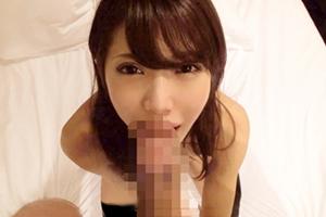 【素人】デカチンを前に思わずニッコリ。名古屋でナンパしたニーソが似合う美人OLの画像です