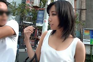 【素人ナンパ】横浜でGETした控えめな日焼けあとがそそる美人OL(20)の画像です