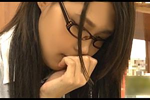 図書室で本読むふりしてタブレットのエロ動画見てたメガネ委員長。…犯るなら今だ