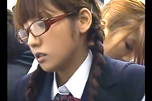 【痴漢】みづなれい 真面目そうなメガネ女子校生が痴女に狙われる…の画像です