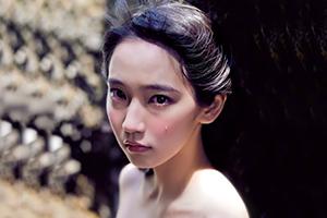 NHK朝ドラにも出演する 吉岡里帆 がグラビアで見せた美乳、美尻の画像です