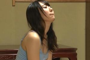 風呂上がりに自宅気分で薄着姿でくつろぐ妻の妹の画像です