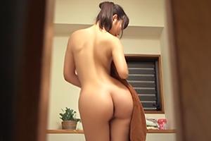 【本田莉子 大場ゆい】たまたま見えた上司の奥さんの完璧ボディに興奮して…の画像です