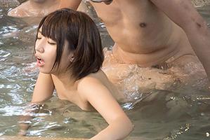 温泉だから当然ゴムなし…混浴に一人で居るところを輪姦された美少女若妻の画像です