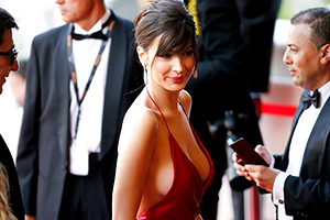 第69回カンヌ国際映画祭に現れた19歳スーパーモデルがセクシー過ぎると話題に