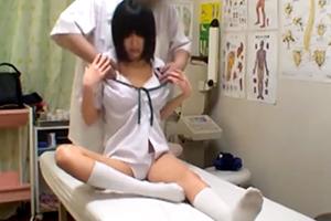 【素人】貧乳女子校生が整体師に性器を弄ばれたあげく生挿入&中出しされる