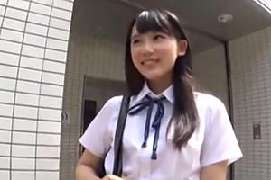 キラキラ眩しいアイドルの様な清純派美少女JKの制服着衣中出しセックスの画像です