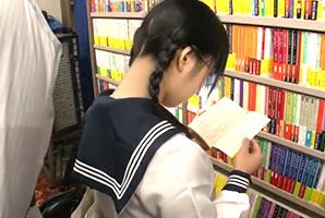 【鬼畜】人がまばらな町の本屋で受験生の背後に迫る強姦魔の影…