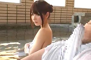 混浴温泉で雄々しく反り勃ったソレに目が離せない美人お姉さんwww