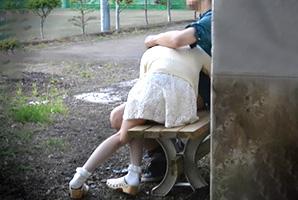 【盗撮】公園にいたカップルが雰囲気良さげだったのでこっそり観察してたら…w