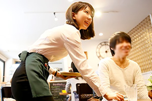 篠崎みお 雑誌で紹介されるほどの人気カフェで働く美人店員をナンパして口説く!
