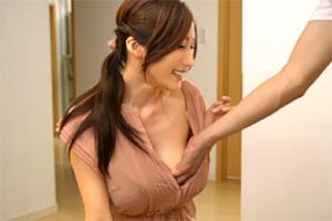 JULIA デカブラをつけてチラ乳首浮きしている若妻と