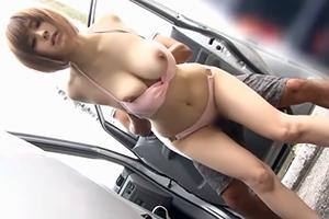 【青姦レイプ】警戒心ゼロ!車の陰で生着替えしていた巨乳女子大生を襲う!