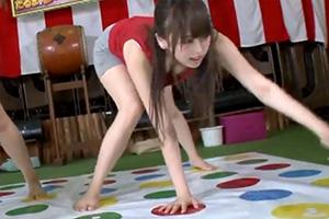 【素人ナンパ】女子大生が賞金欲しさに固定バイブツイスターゲームに挑戦!