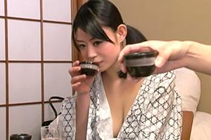 出張先の温泉旅館で悪飲みした女上司のおかげで同僚の巨乳OLと・・・