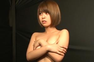 【全裸にされるとレイプ】Gカップ女子大生が彼氏の前で脱衣クイズ!