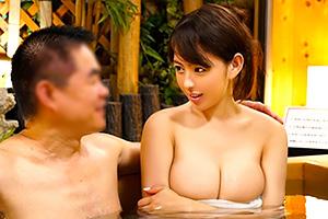 オフィス街で外回り中の男上司と女部下が混浴の画像です