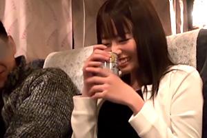 浜崎真緒 夜行バスで隣になった美女OLが泥酔して寝込んだ隙に…